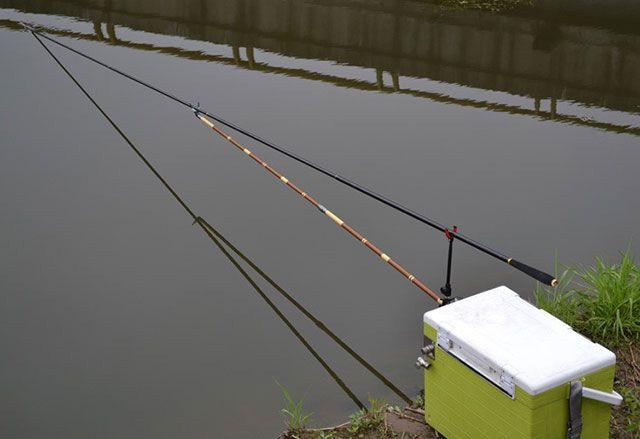 台钓竿专用于台钓法,长节,较轻,径细的钓鱼竿即可称为台钓竿,收缩后的